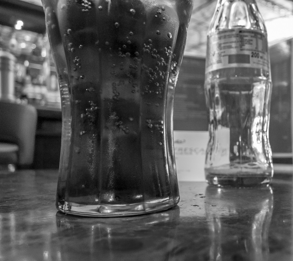 Cola in schwarzweiß.
